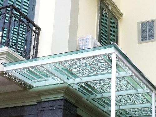 Mái hiên cổ điển tạo phong thái cho ngôi nhà sang trọng
