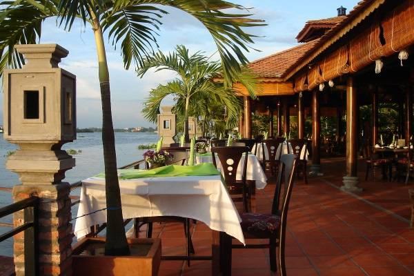 Mái xếp lượn sóng cho nhà hàng ven sông